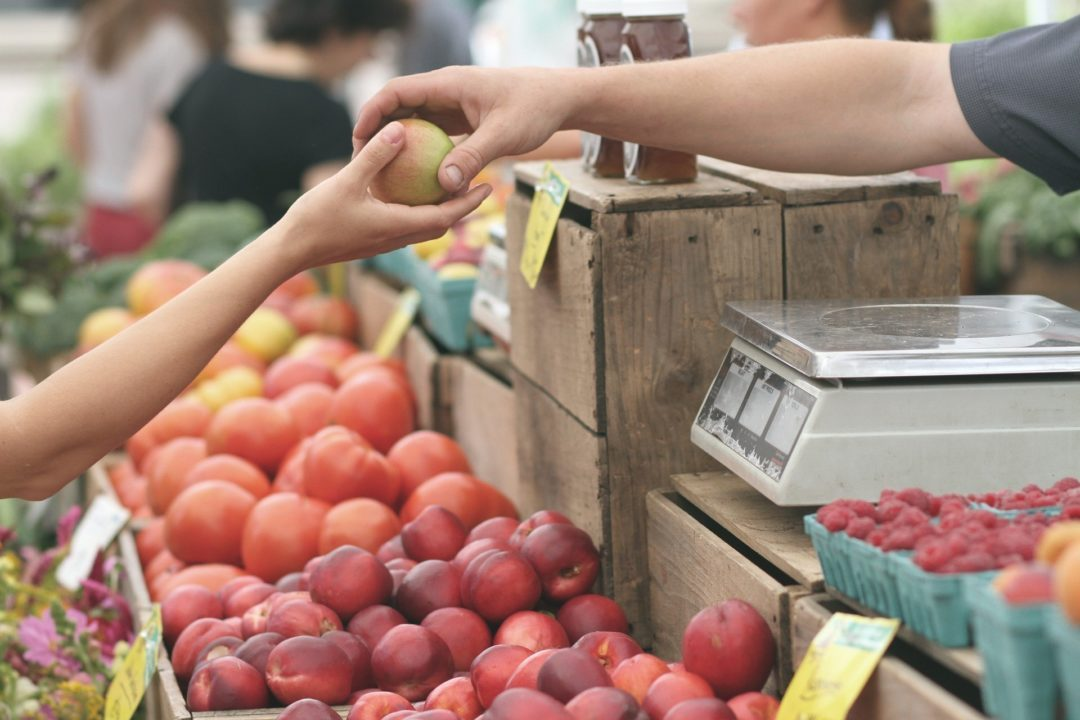 Shopping for apples in a farmers market